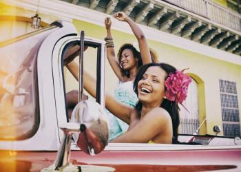 Überschäumende Lebensfreude und Oldtimer-Straßenkreuzer - so kennt man Kuba.