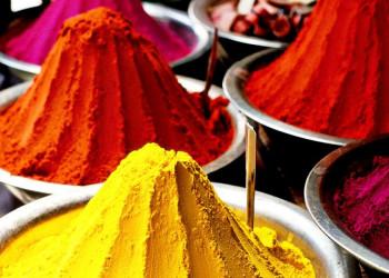 Gewürze und leuchtende Farben gehören zu Rajasthan.