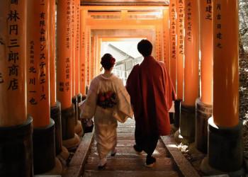 Zwei Japaner in einem Tempel in Kyoto