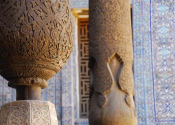 Kunstvoll geschnitzte Holzsäulen in der Moschee von Chiwa, Usbekistan