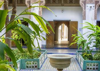 Ein kunstvoll verzierter Innenhof im Bahia-Palast in Marrakesch