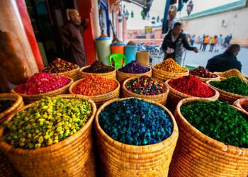 Körbe mit Gewürzen vor einem Geschäft in Marokko
