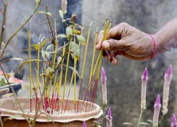 Räucherstäbchen in einem Tempel in Saigon