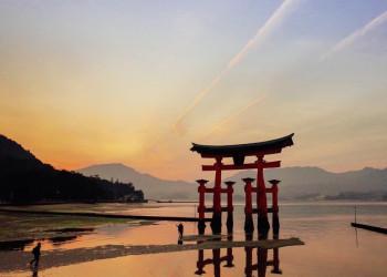 Torii im Meer auf der Insel Miyajima bei Hiroshima