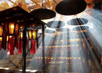 Räucherspiralen in einem buddhistischenTempel