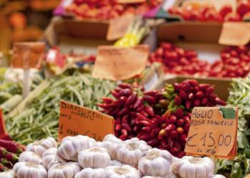 Marktstand mit sonnengereiftem Gemüse in Italien