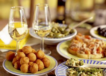 Tapas essen und Wein trinken in Andalusien