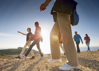 Spaziergänger am Atlantik in Portugal