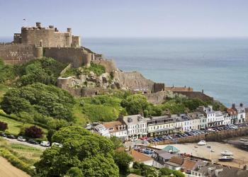 Mont Orgueil Castle mit dem Hafen von Gorey