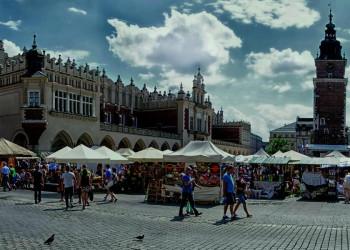 Der Krakauer Marktplatz mit den Renaissance- Tuchhallen
