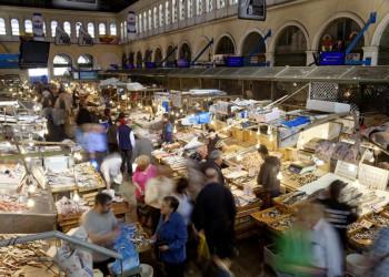 Geschäftiges Treiben in den Markthallen von Athen