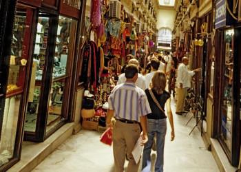 In einem typischen Basar Istanbuls kaufen Einheimische und Touristen ein.