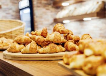 Frische, duftende Croissants begrüßen Sie am Morgen in Paris.