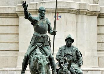 Don Quijote und Sancho Pansa reiten auf der Plaza de Espana