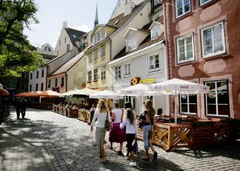 Bummel durch eine Altstadtstraße mit Restaurants in Riga