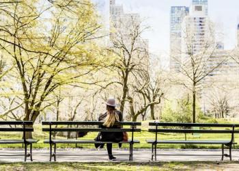 Frau auf einer Parkbank in New York