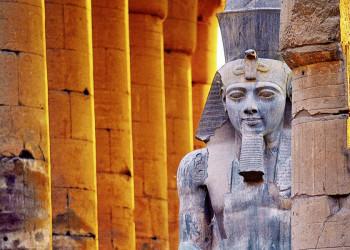 Ramses II. wacht über Luxor