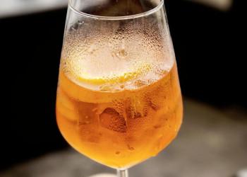 Ein Glas Aperol Spritz