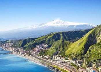 Ausblick von Taormina zum rauchenden Ätna