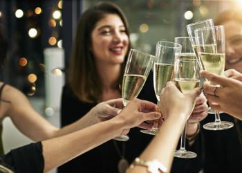 Anstoßen auf das neue Jahr