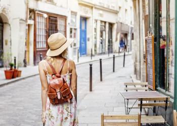 Touristin beim Stadtbummel