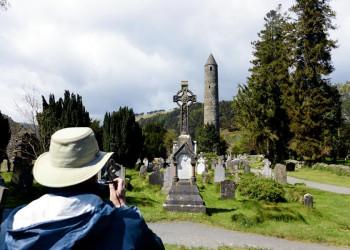 Friedhof und Rundturm in Glendalough, Wicklow, Irland