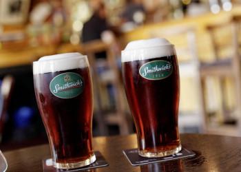 Zwei Pints mit Smithwick's-Bier