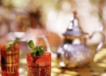 Orientalisches Glas mit Minztee