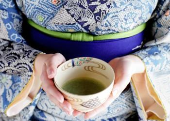 Frau mit Teeschale in Japan