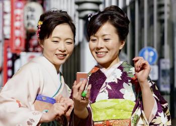 Zwei Japanerinnen in Japan