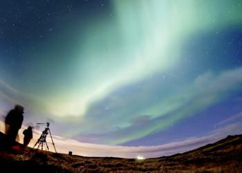 Beobachter warten auf das Polarlicht in Finnland
