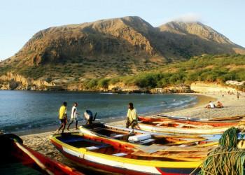 Fischerboote am Strand von Tarrafal auf Santiago
