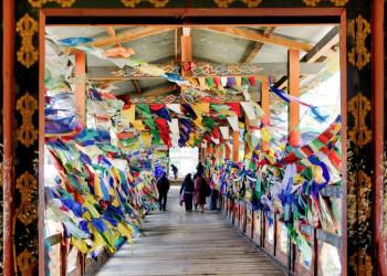 Gebetsfahnen am Klostereingang in Thimphu in Bhutan