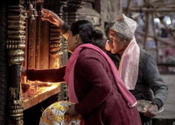 Gläubige entzünden Butterlampen in einem nepalesischen Tempel
