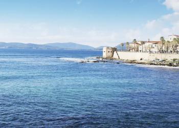 Blick auf die Küste bei Alghero in Sardinien
