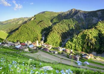 Ort in hügeliger Landschaft in Swanetien