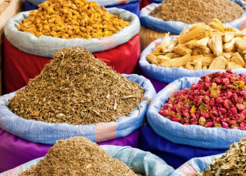 Farbenfroher Marktstand in Marokko