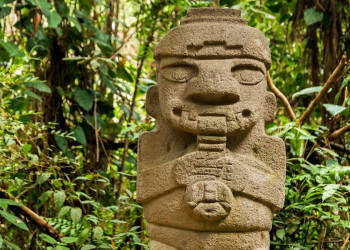 Flötenspieler-Steinskulptur der San-Agustín-Kultur im archäologischen Park