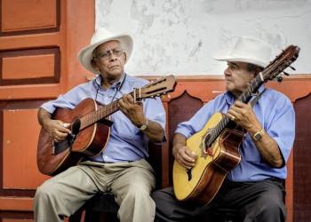 Zwei Musikanten in Salento spielen auf der Gitarre