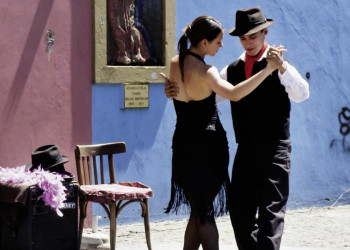 Ein Tango tanzendes Paar in Buenos Aires
