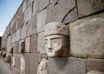 Kopfreliefe in der Ruinenstadt Tiahuanaco in Bolivien