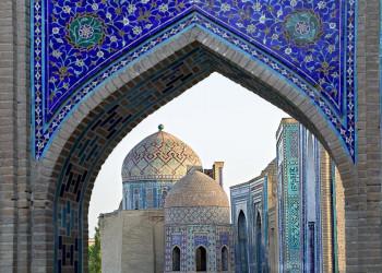 Die Gräberstraße Schah-e Sinda in Samarkand mit ihren farbenprächtigen Spitzbogen und Mausoleen