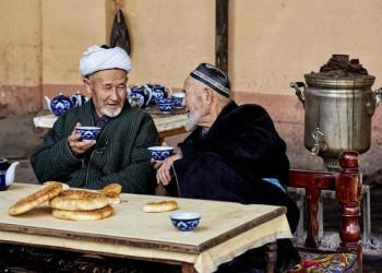 Zwei alte einheimische Männer bei Tee und Brot in Usbekistan