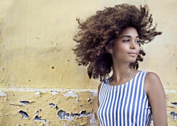Junge Frau in Kuba