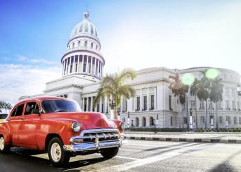 Ein Oldtimer vor dem Capitolio in Havanna