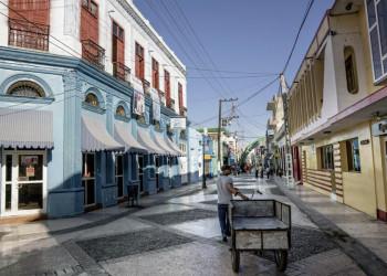 Gepflasterte Straße in Bayamo auf Kuba