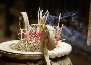 Räucherstäbchen in einem Tempel in Vietnam