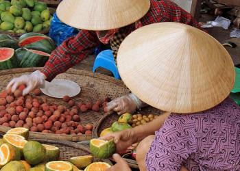 Obsthändler auf einem vietnamesischen Markt