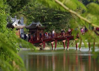Brücke über den Hoan-Kiem-See in Vietnams Hauptstadt Hanoi