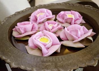 Schale mit Blüten in Kambodscha